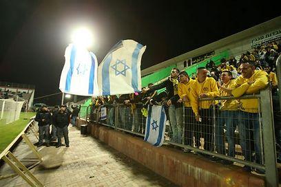 """ואוהדי בית""""ר עם דגלי ישראל (צילום: אלעד גרשגורן) (צילום: אלעד גרשגורן)"""