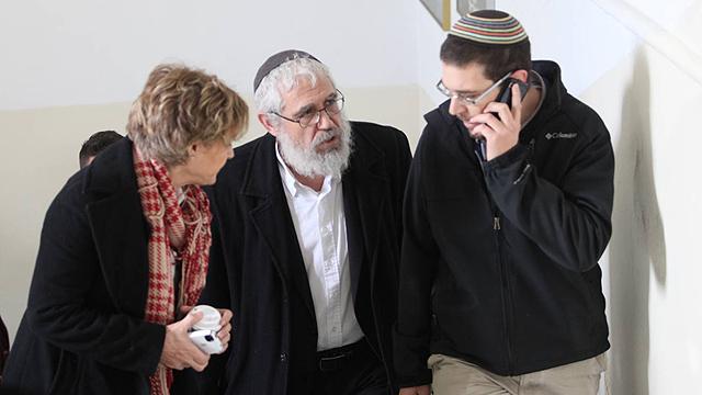 הרב אלון עם אחותו ובנו בבית המשפט, הבוקר (צילום: גיל יוחנן) (צילום: גיל יוחנן)