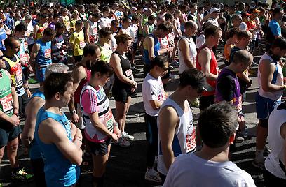 דקת דומייה במרתון לונדון לזכר הקורבנות של מרתון בוסטון (צילום: GettyImages) (צילום: GettyImages)