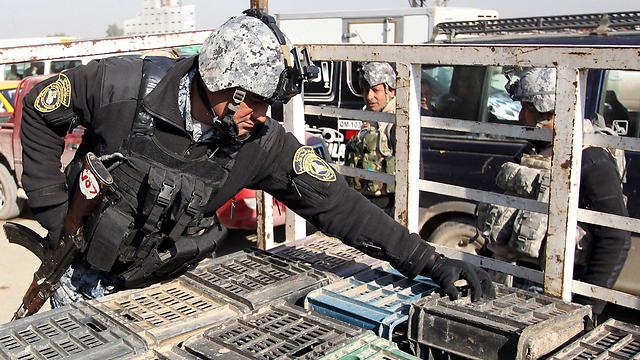 שוטר עיראקי בנקודת בידוק בבגדד. עיראק נעשתה מיומנת במלחמה בטרור (צילום: AFP) (צילום: AFP)