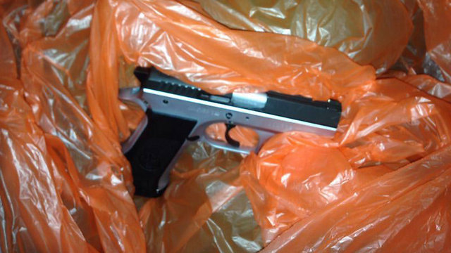 """האקדח שנמצא אצל חוליית הטרור בקלקיליה  (צילום: דובר צה""""ל ) (צילום: דובר צה"""