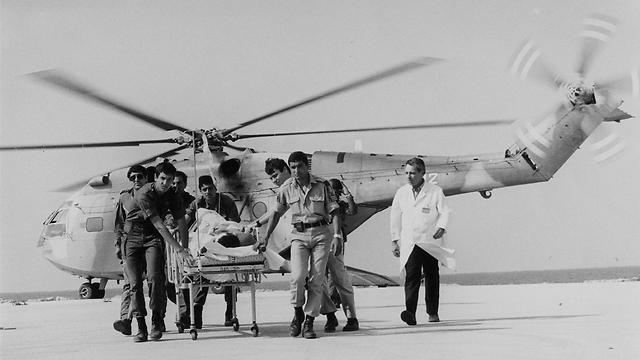 """פינוי פצועים לבית החוליםבמלחמת יום כיפור (צילום: ארכיון רמב""""ם) (צילום: ארכיון רמב"""