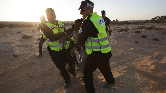 מעצר מבקש מקלט ליד חולות (צילום: רועי עידן) (צילום: רועי עידן)