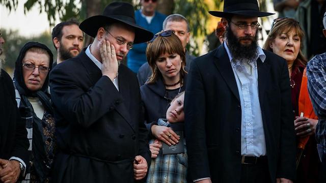 בני משפחתו של דידי מנוסי בהלוויה (צילומים: אבישג שאר ישוב) (צילום: אבישג שאר ישוב) (צילום: אבישג שאר ישוב)