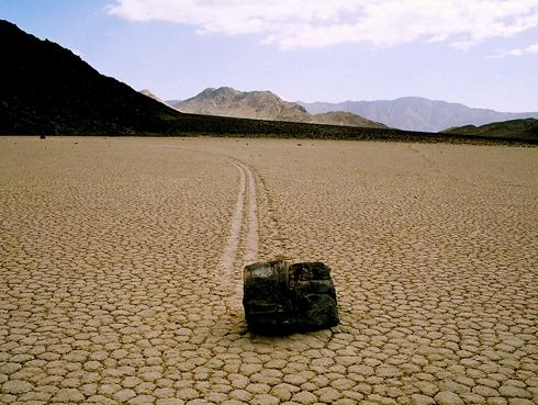 סלע נודד בעמק המוות בקליפורניה
