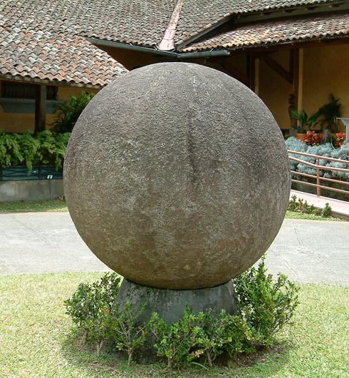 אחד מכדורי האבן הענקיים בקוסטה ריקה