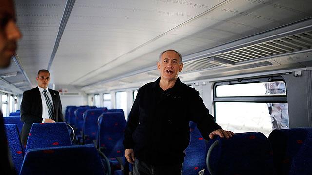 Prime Minister Netanyahu on a train (Photo: Reuters)