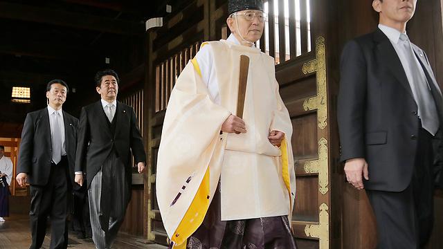 השנה בחר לבטל את הביקור במקום מעורר המחלוקת. אבה במקדש יסוקוני בטוקיו (צילום: AP)