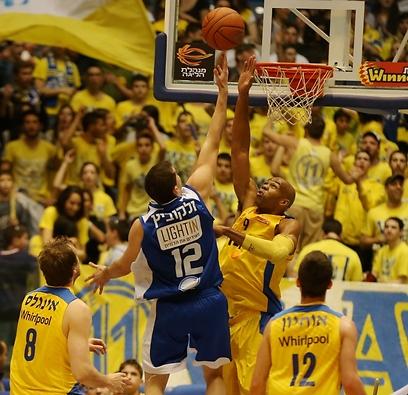 טיוס חוסם את זליקוביץ' (צילום: ראובן שוורץ) (צילום: ראובן שוורץ)