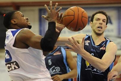 חנוכי ואלכסנדר נלחמים על הכדור (צילום: יובל חן) (צילום: יובל חן)