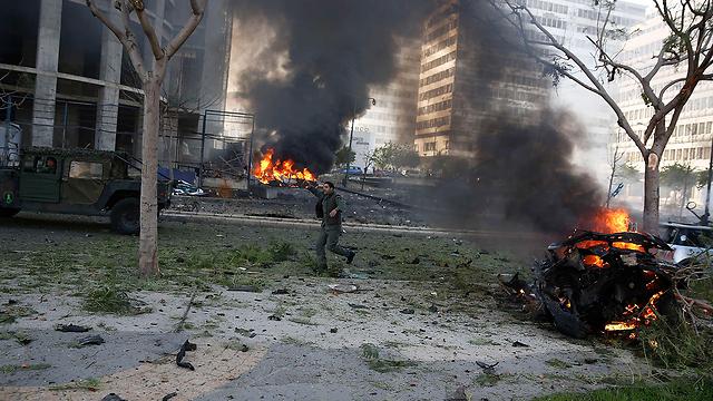 אש במרכז ביירות (צילום: רויטרס) (צילום: רויטרס)