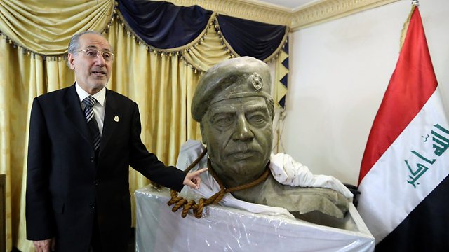 Another monument of the Iraqi despot, in Iraq (Photo: AP)