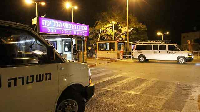 """רכבי המשטרה שמאבטחים את רה""""מ מחוץ להלל יפה (צילום: עידו ארז) (צילום: עידו ארז)"""