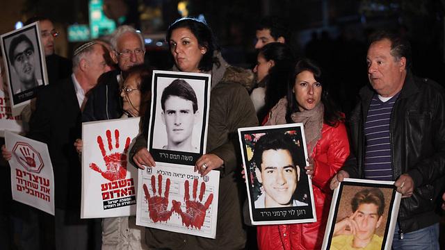 המשפחות השכולות מפגינות אמש (צילום: גיל יוחנן) (צילום: גיל יוחנן)