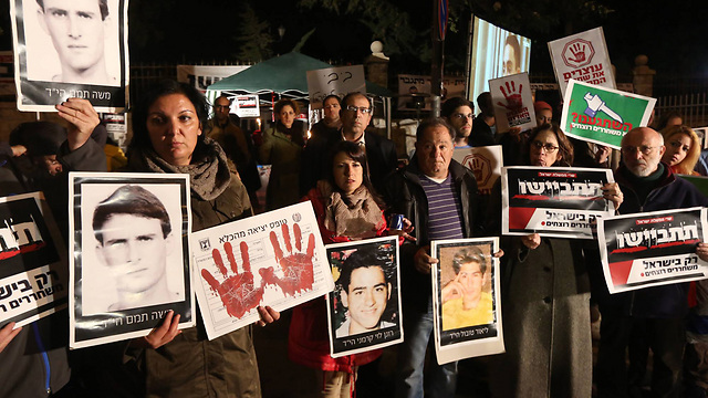 Bereaved families protesting prisoner's release in Jerusalem (Photo: Gil Yohanan)