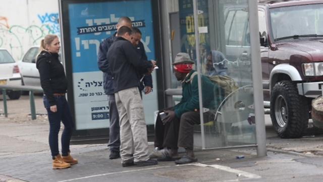 """מהגרים אפריקנים באזור התחנה המרכזית בתל אביב. """"מתחייבים לחוקק מחדש את חוק המסתננים עם פסקת התגברות"""" (צילום: מוטי קמחי) (צילום: מוטי קמחי)"""