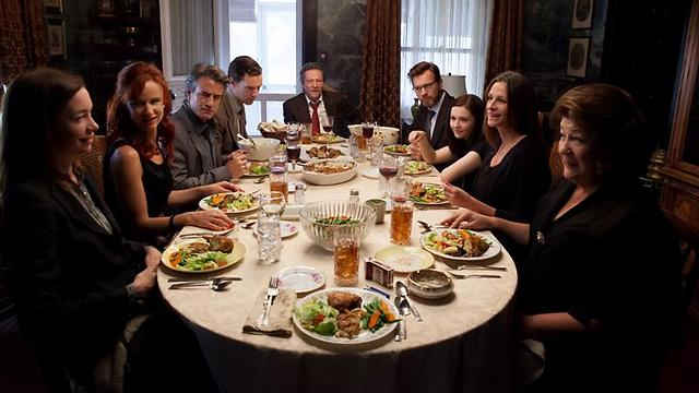 """משפחה על השולחן. """"אוגוסט: מחוז אוסייג'"""" ()"""