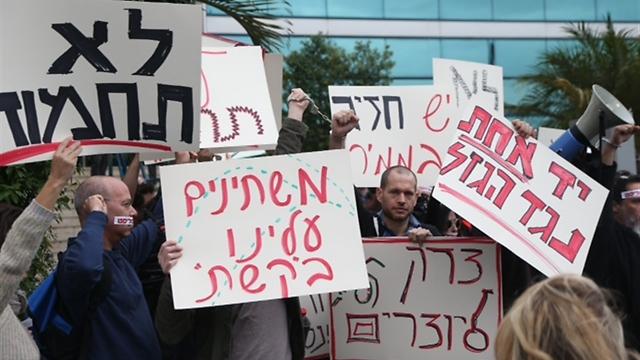 היוצרים מפגינים נגד זכייניות ערוץ 2 (צילומים: מוטי קמחי) (צילום: מוטי קמחי)