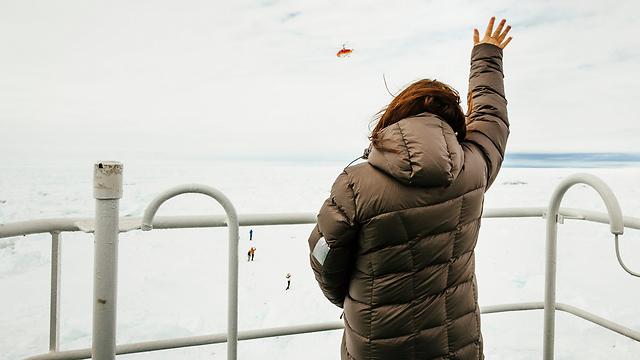 הנוסעת ניקול דה לוסה מחכה לחילוץ, ושומרת על מצב רוח מרומם (צילום: רויטרס) (צילום: רויטרס)