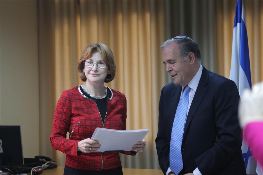 """83 תרופות חדשות. פרופ' הלוי מגיש את הדו""""ח לשרה גרמן (צילום: מוטי קמחי) (צילום: מוטי קמחי)"""