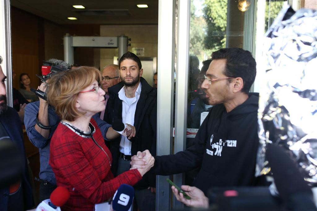 נלחם - והפסיד. אלי קובלון והשרה גרמן מחוץ לדיוני הוועדה (צילום: מוטי קמחי) (צילום: מוטי קמחי)