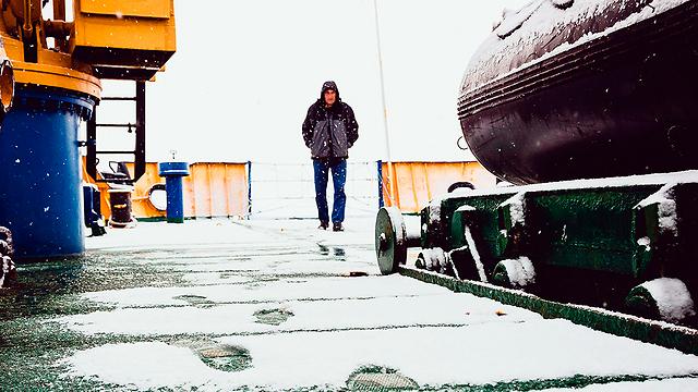 אחד מאנשי הצוות של האונייה (צילום: רויטרס) (צילום: רויטרס)