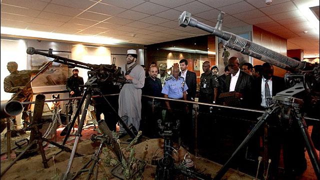 בכירי משטרה איראניים וניגריים במוזיאון למאבק בסמים בטהרן ()