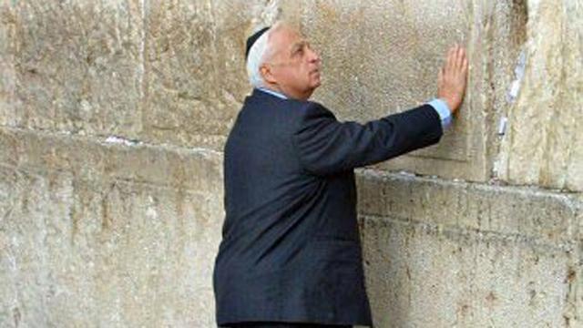 אריאל שרון בכותל המערבי (צילום: AFP) (צילום: AFP)