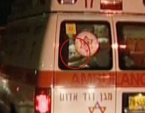 התמונה האחרונה. שרון מפונה לבית החולים, 2006 (צילום: איי אף פי) (צילום: איי אף פי)