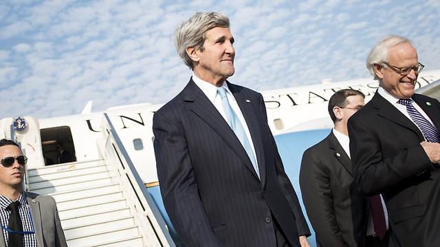 המתווכים: ג'ון קרי ומרטין אינדיק (צילום: AFP) (צילום: AFP)