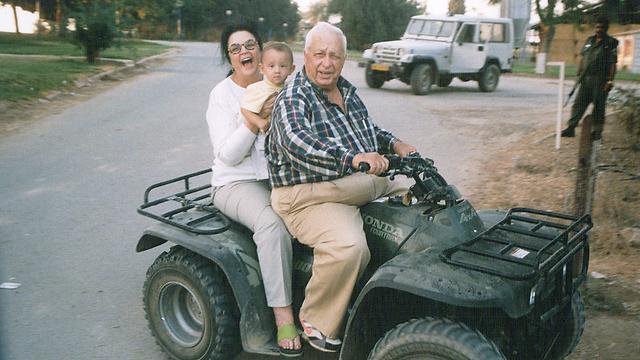 עם הנכד רותם בחוות השקמים, 1998 (צילום: חיים הורנשטיין) (צילום: חיים הורנשטיין)
