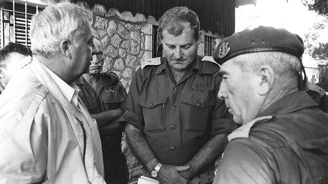 """הרמטכ""""ל לשעבר רפאל איתן עם שר הביטחון דאז אריאל שרון (צילום: דובר צה""""ל) (צילום: דובר צה"""