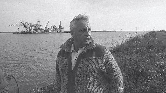 Sharon on Suez Canal. 1982 (Photo: Mose Milner, GPO)
