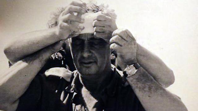 החבישה המפורסמת על ראשו של שרון במלחמת יום הכיפורים (באדיבות משפחת דן) (באדיבות משפחת דן)