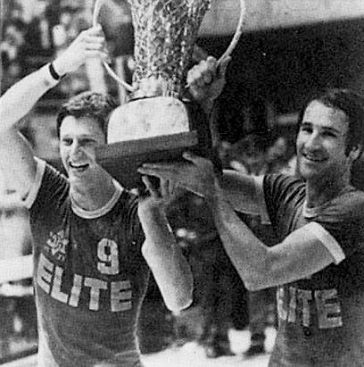 מיקי ברקוביץ' וטל ברודי עם הגביע ב-1977 (צילום: יוסי רוט) (צילום: יוסי רוט)
