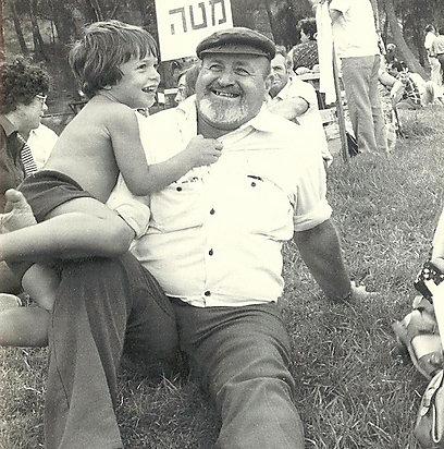 """בביתי הייתה הדת היהודית ה""""אחר"""" המוחלט. ניר עם אביו, דידי מנוסי ז""""ל"""