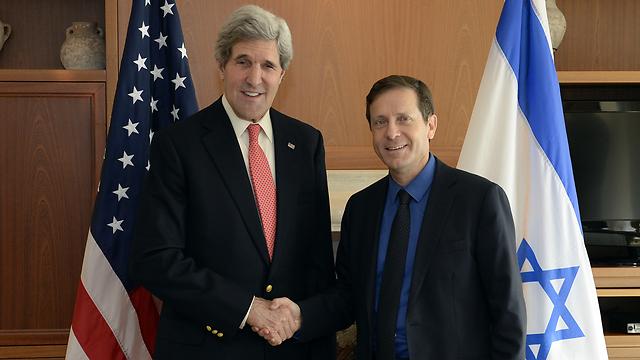 US Secretary of State John Kerry and Opposition Chairman Isaac Herzog (Matty Stern/US Embassy Tel Aviv)