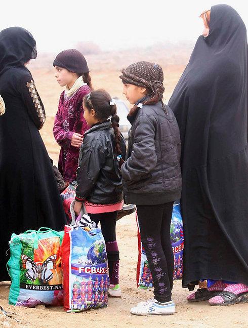 משפחות בורחות מפלוג'ה ורמאדי לאחר השתלטות אל-קאעידה (צילום: רויטרס) (צילום: רויטרס)