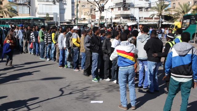 רבים רצו לעלות לאוטובוסים לירושלים. תל-אביב, הבוקר (צילום: מוטי קמחי) (צילום: מוטי קמחי)