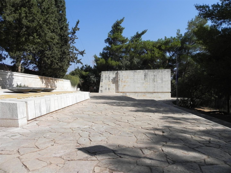 """קבר האחים של חללי הקרבות באתר ההנצחה במצודת כ""""ח (צילום: זיו ריינשטיין) (צילום: זיו ריינשטיין)"""