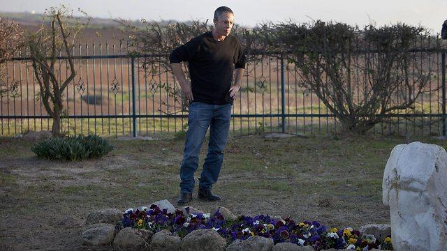 גלעד שרון נסע משיבא היישר לקברה של אמו לילי בגבעת הכלניות (צילום: AP) (צילום: AP)