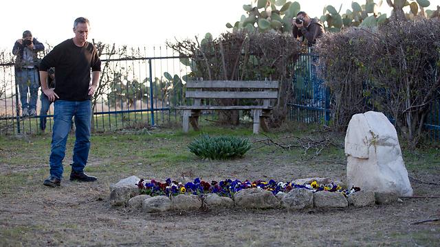 Гилад Шарон у могилы отца. Фото: ЕРА