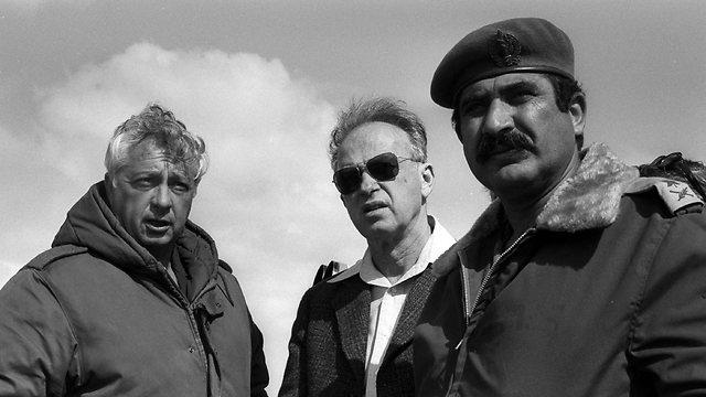 """עם יצחק רבין והאלוף יקותיאל אדם ב-1976 (צילום: לע""""מ) (צילום: לע"""