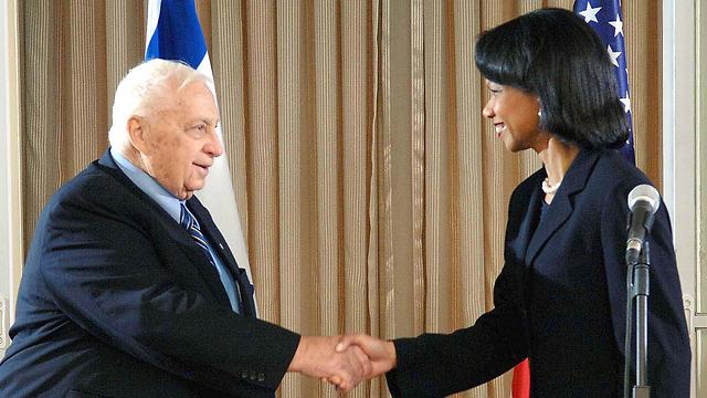 אריאל שרון עם מזכירת המדינה קונדוליסה רייס בנובמבר 2005 (צילום: MCT) (צילום: MCT)
