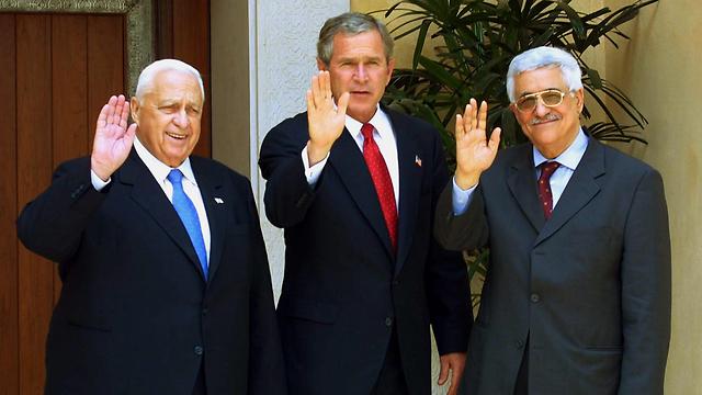 שרון עם הנשיא בוש ואבו מאזן ביוני 2003 (צילום: EPA) (צילום: EPA)