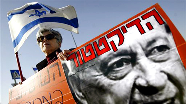 Protest against the disengagement from Gaza. Prime Minister Ariel Sharon decided that the State of Israel would take its fate in its own hands (Photo: AP)