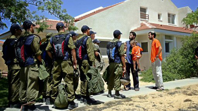 The evacuation of the settlement of Atzmona in 2005 (Photo: AFP)