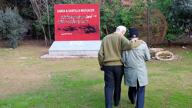 ניצלו מהטבח בסברה ושתילה. יוסף חמזה ואבו ג'מאל (צילום: רויטרס) (צילום: רויטרס)