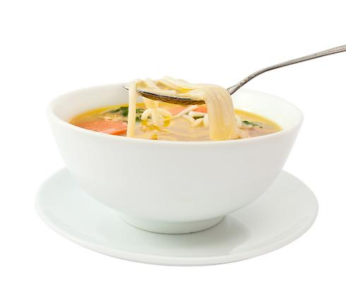 תמיד מחמם, תמיד מנחם. מרק עם איטריות (צילום: shutterstock) (צילום: shutterstock)