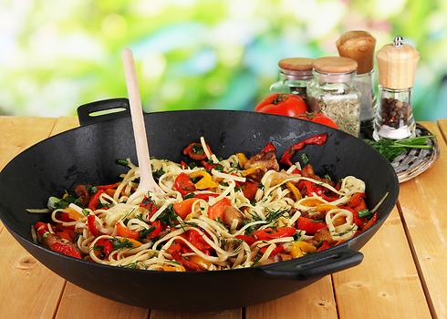 מקפצות במחבת. איטריות עם ירקות (צילום: shutterstock) (צילום: shutterstock)